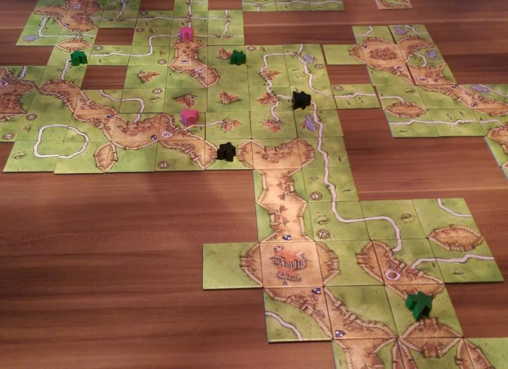 Auf dieser Wiese haben sich das Spiel über sogar 7 Bauern angesammelt. Durch geschicktes Anlegen ist das möglich. Warum so viele? Diese Wiese, wie sie dort zu sehen ist, bringt 15 Punkte, hätte aber auch sehr schnell viel mehr Punkte bringen können.
